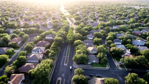 vídeos y material grabado en eventos de stock de copia de seguridad en coches modernos de suburbio hacia fuera para ir al trabajo - comunidad