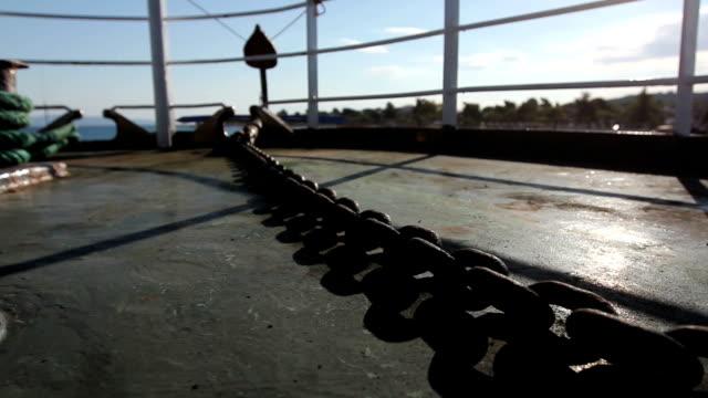 アンカー チェーンと晴れた日に船のデッキでバックライト付き - 鎖の輪点の映像素材/bロール