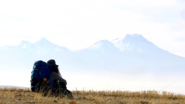 バックパッカーの女の子はカッパドキアの谷の標高の高い山を見ています。 - お茶の時間点の映像素材/bロール