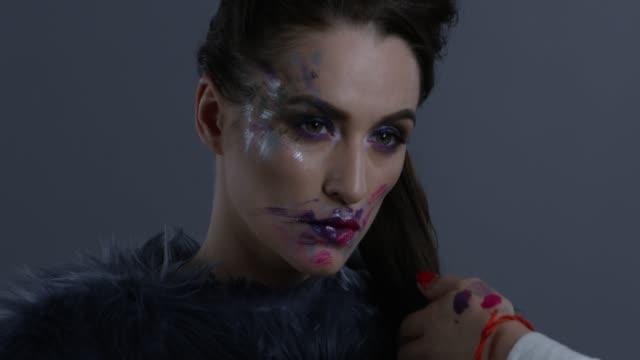 舞台裏。美容師は、彼女の髪をとかす高級ファッション モデルに髪型になります。ファッションのビデオ。 - グリースペイント点の映像素材/bロール