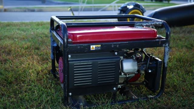 vídeos y material grabado en eventos de stock de un generador de respaldo sentarse en el suelo - generadores