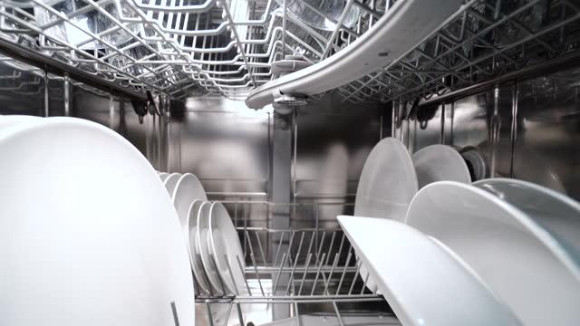 rückwärts dolly schuss der spülmaschine maschine mit geschirr und silberbesteck - essgeschirr stock-videos und b-roll-filmmaterial