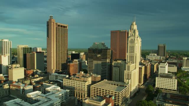 columbus, ohio'nun geriye doğru drone shot'ı - columbus day stok videoları ve detay görüntü çekimi