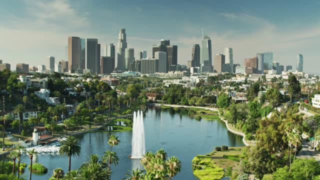 vidéos et rushes de tir de drone à l'envers d'echo park et du centre-ville de los angeles - californie du sud