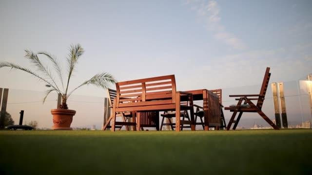 vídeos de stock e filmes b-roll de backyard of luxury villa - mesa mobília