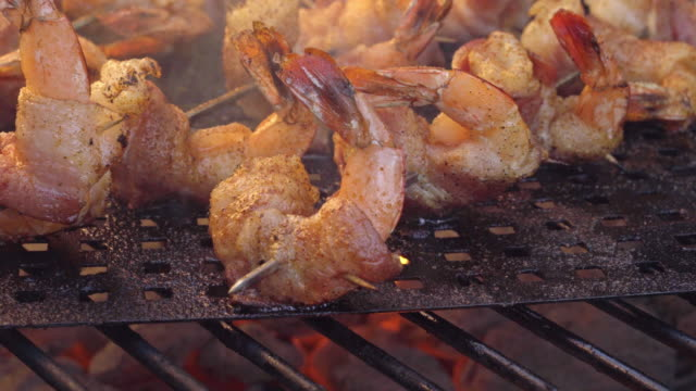 bacon wrapped jumbo shrimp or prawns on a grill - spiedino video stock e b–roll