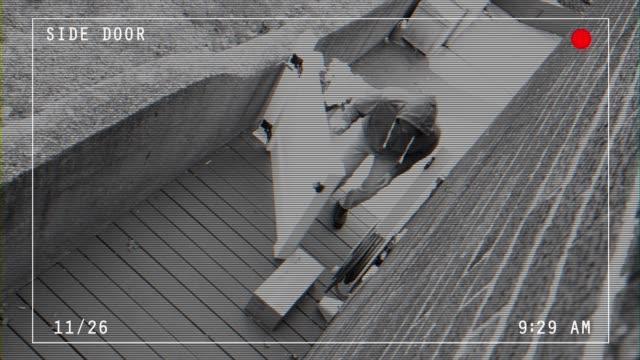 schlechte video-feed mit überlagerungen von räuber stehlen home paket - überwachungskamera stock-videos und b-roll-filmmaterial