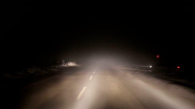 stockvideo's en b-roll-footage met slecht weer en gevaarlijke autoverkeer op de weg - mist donker auto