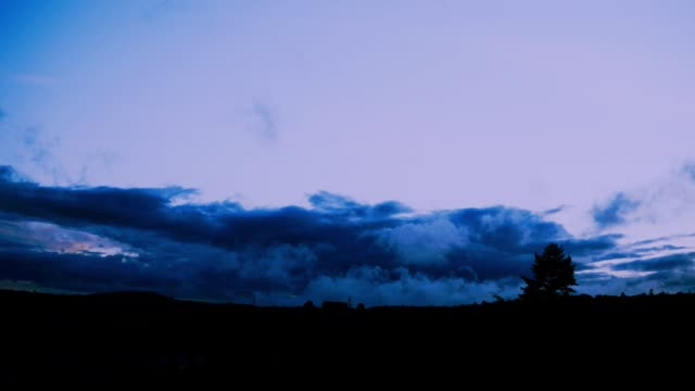 schlechtwetterwolkenfront von vorne im zeitraffer - kontrastreich stock-videos und b-roll-filmmaterial