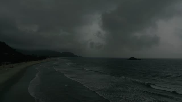 ビーチで天気が悪い - 不吉点の映像素材/bロール