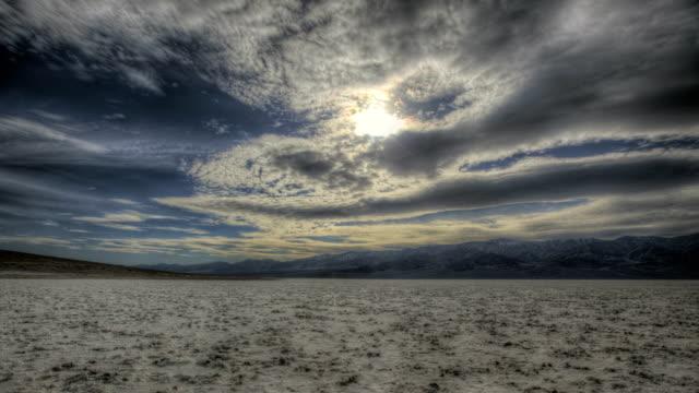 vídeos de stock e filmes b-roll de badwater basin - parque nacional do vale da morte