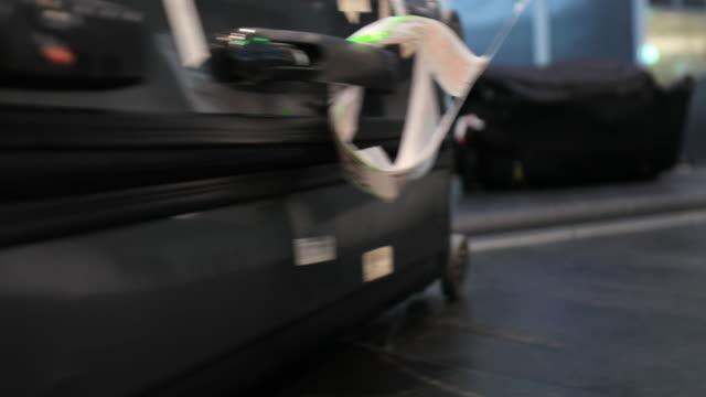 gepäckbändern im flughafen. menschen aufheben koffer und taschen vom förderband gürtel 4k - karo stock-videos und b-roll-filmmaterial