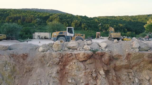 bagger på stengropen - excavator bildbanksvideor och videomaterial från bakom kulisserna