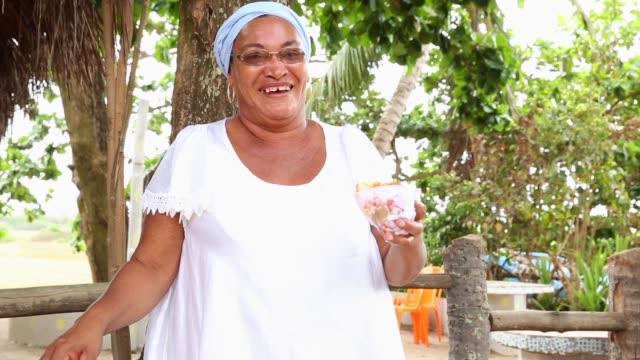 baiana выступающей типичной пищи в бразилии называется acaraje - бразилец парду стоковые видео и кадры b-roll