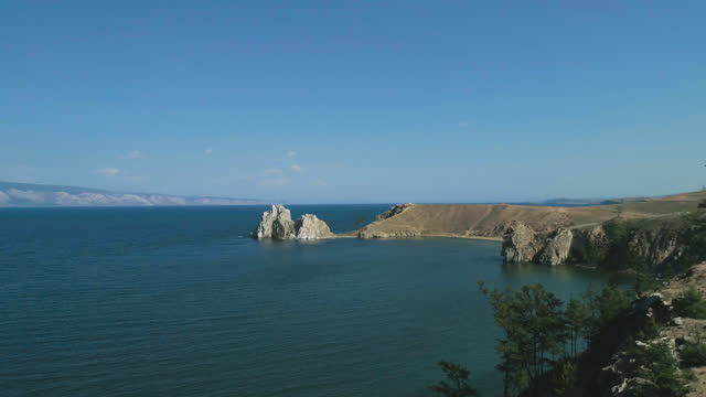 vídeos de stock e filmes b-roll de baikal lake in summer. view of the natural landmark of olkhon island - shamanka rock. - lago baikal