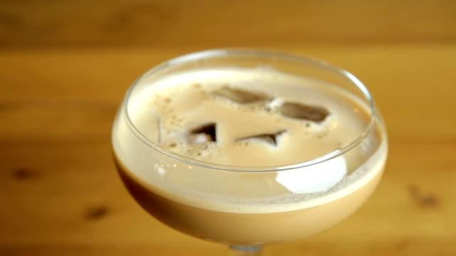 baileys espresso martini - martini video stock e b–roll