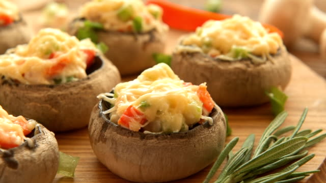 vídeos de stock e filmes b-roll de cozido com molho de cogumelos branco e produtos hortícolas - produto de carne