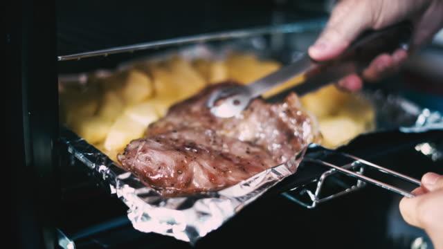 baked pork steak in the oven - pieczony filmów i materiałów b-roll
