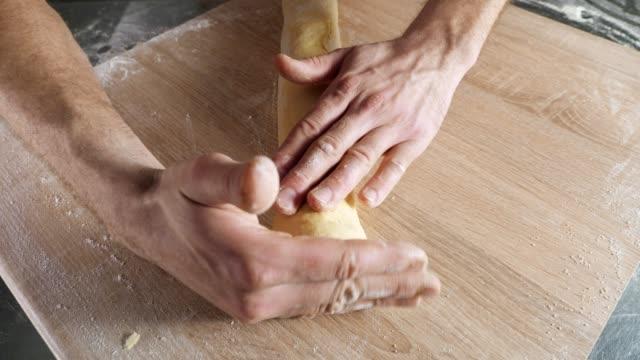 masada hamur ile çalışan baker chef - penis stok videoları ve detay görüntü çekimi