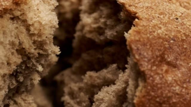 베이커 손 깨는 수 제 빵. 유기농 식품 및 베이커리 개념입니다. - 빵 스톡 비디오 및 b-롤 화면