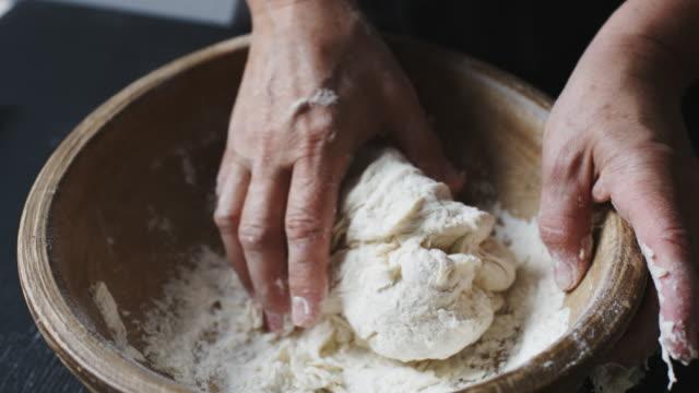 vidéos et rushes de baker mains pâte à pétrir - boulanger