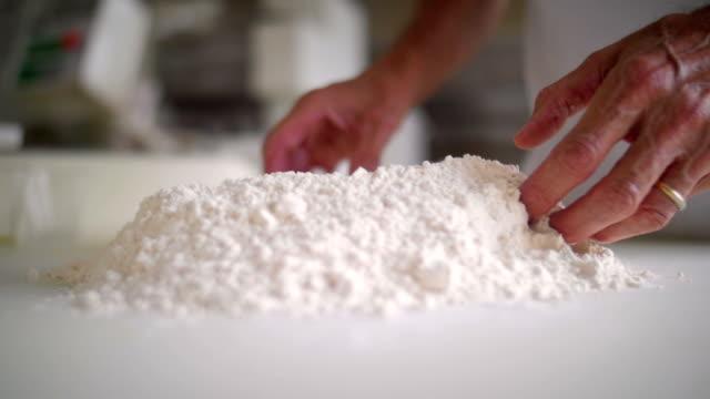 パンは、小麦粉の作業手します。 ビデオ