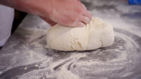 vídeos de stock e filmes b-roll de baker kneading the dough - feito em casa