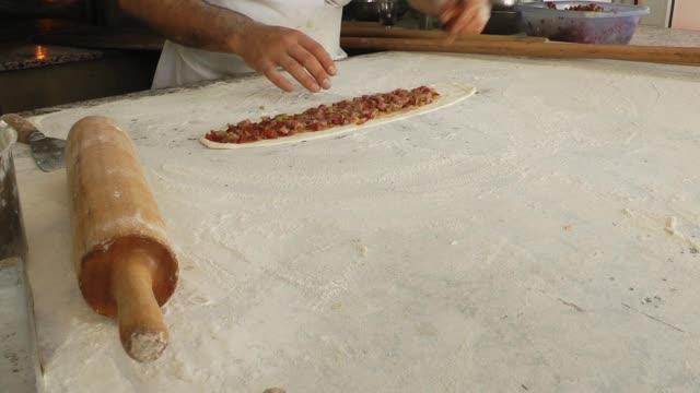 baker making turkish pita pide - chleb pita filmów i materiałów b-roll