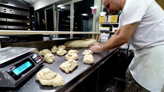 vidéos et rushes de travail sur la pâte à pain de boulanger - boulanger