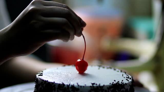 베이커리 요리사 케이크 장식 체리를 사용 하 여 - cake 스톡 비디오 및 b-롤 화면