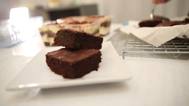 bageri konditori matlagning brownie och tiramisu - brownie bildbanksvideor och videomaterial från bakom kulisserna