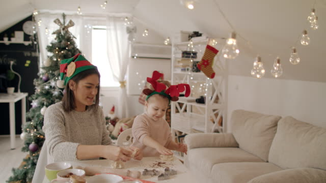 vídeos y material grabado en eventos de stock de hornear galletas de navidad con mi madre 4k - reno mamífero