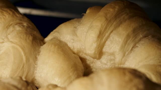 vídeos y material grabado en eventos de stock de hornear medialunas en el horno - comida francesa