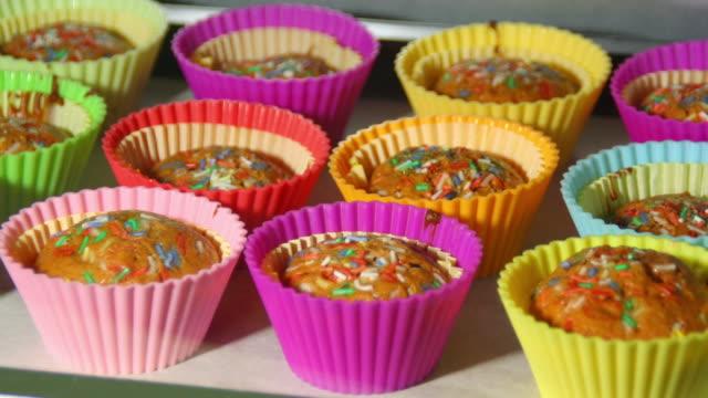 baka muffins i ugnen, 4k tidsfördröjning - cupcake bildbanksvideor och videomaterial från bakom kulisserna