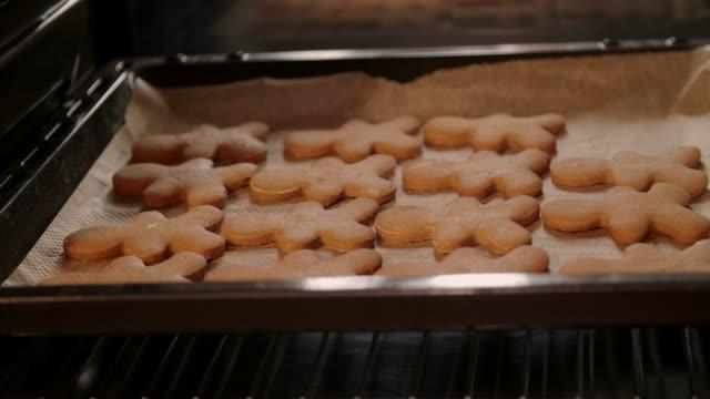 baka pepparkakor i ugnen - pepparkaka bildbanksvideor och videomaterial från bakom kulisserna