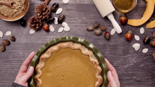 烘烤家做了感恩節晚餐的南瓜餡餅。 - pumpkin pie 個影片檔及 b 捲影像
