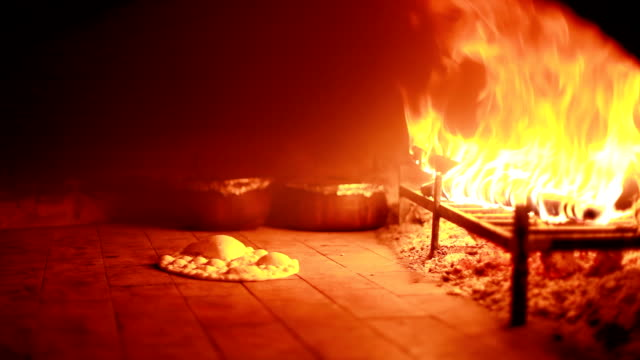 pieczenia w piecu kamienia - chleb pita filmów i materiałów b-roll