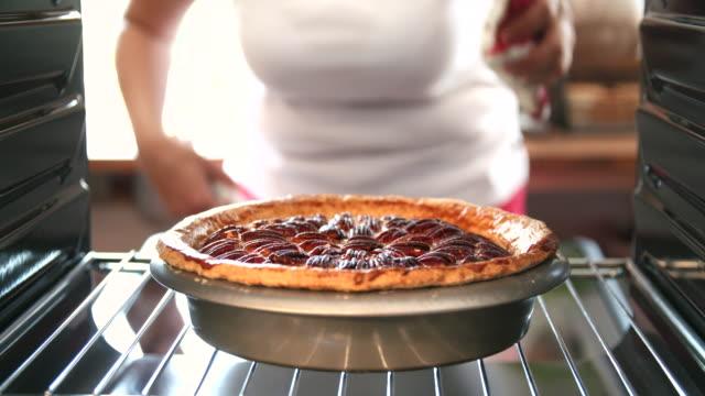 baking pecan pie in the oven for holidays - nadziewany placek filmów i materiałów b-roll