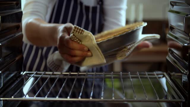 假期在烤箱裡-4 k 視頻烤南瓜派 - pumpkin pie 個影片檔及 b 捲影像