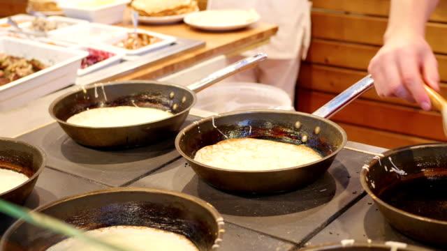 baking russian pancakes in a fast food restaurant - chleb pita filmów i materiałów b-roll