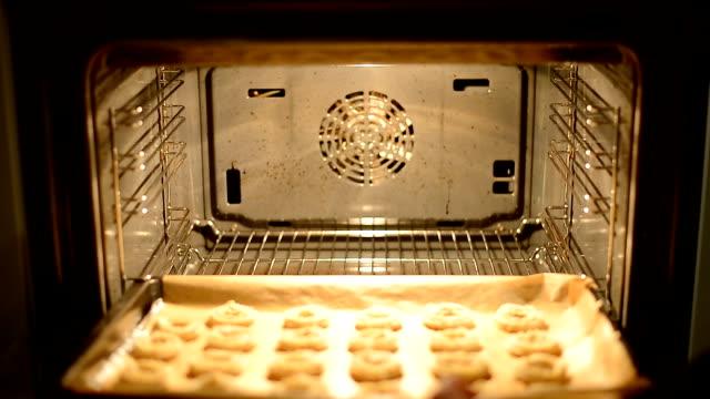 vidéos et rushes de préparez des biscuits traditionnels de noël allemand au four - four