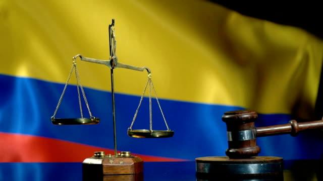 balans och ordförande klubban med colombianska flagga - dom bildbanksvideor och videomaterial från bakom kulisserna