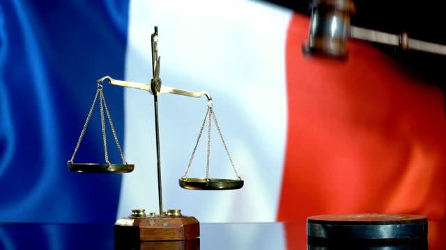 balans och ordförande klubban med franska flaggan - fransk kultur bildbanksvideor och videomaterial från bakom kulisserna