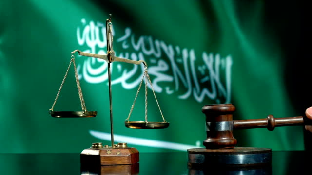 balance and gavel with saudi arabian flag - uae flag filmów i materiałów b-roll