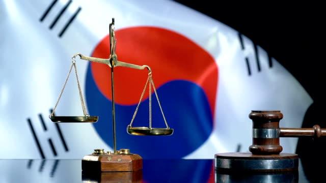 vídeos de stock e filmes b-roll de balance and gavel with south korean flag - coreia do sul