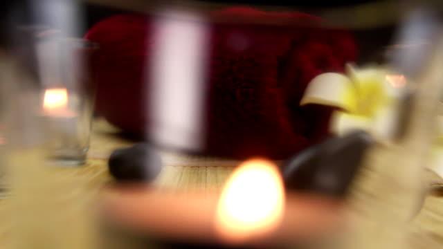 バランスのとれたブラックのスパセラピーに囲まれた石のキャンドル ビデオ