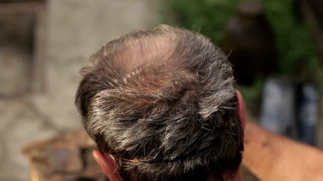 saçsız adamın kafasını - peruk stok videoları ve detay görüntü çekimi