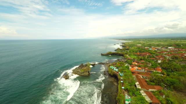 AERIAL balinesischen Küste entlang des Tanah Lot Tempel – Video