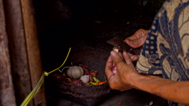 LS Balinese donna anziana distacco all'aglio - video