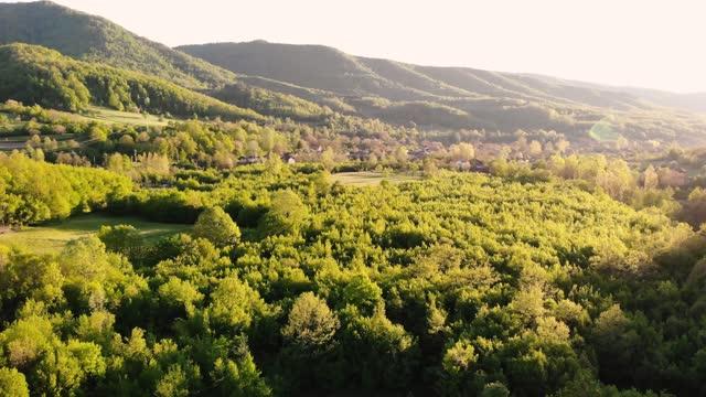 balkan dağı - gün batımı. yeşil alanlar ve ormanlar üzerinde havadan çekim - ultra yüksek çözünürlüklü televizon stok videoları ve detay görüntü çekimi